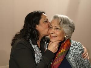 Inma Serrano besa a su madre, Chelo Oñate, en un descanso de la grabación del programa