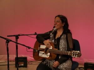 La cantautora Inma Serrano cantó algunas de su canciones más conocidas tras la entrevista concedida a los miembros de MAYMECO de la UA