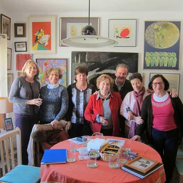 Carmen Cazaña junto a los miembros de MAYMECO que participaron en la entrevista en la casa-museo de la impulsora de la mitica Galería 11 de Alicante