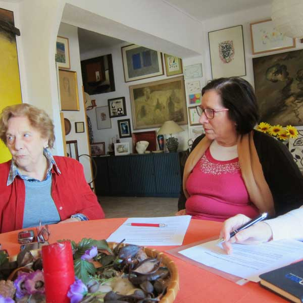 Otro instante de la entrevista con Carmen Cazaña con parte de su colección privada de fondo